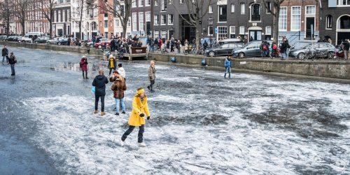 Photos of the Frozen Canals in Amsterdam (Foto's van de Bevroren Grachten in Amsterdam)