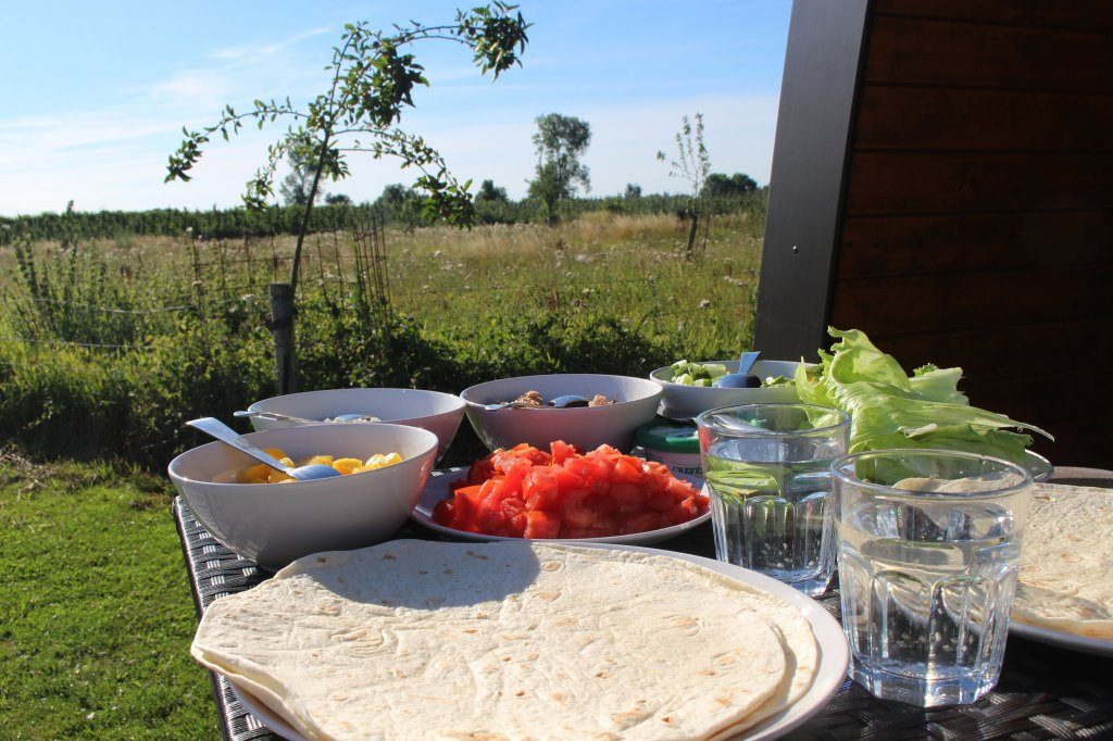 Samen buiten eten op kampeervakantie (Going camping and sharing a meal out in the sun)