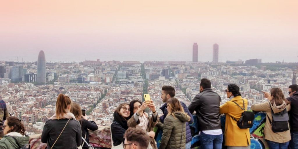 Crowds with smartphones in Barcelona: should we stop geotagging?
