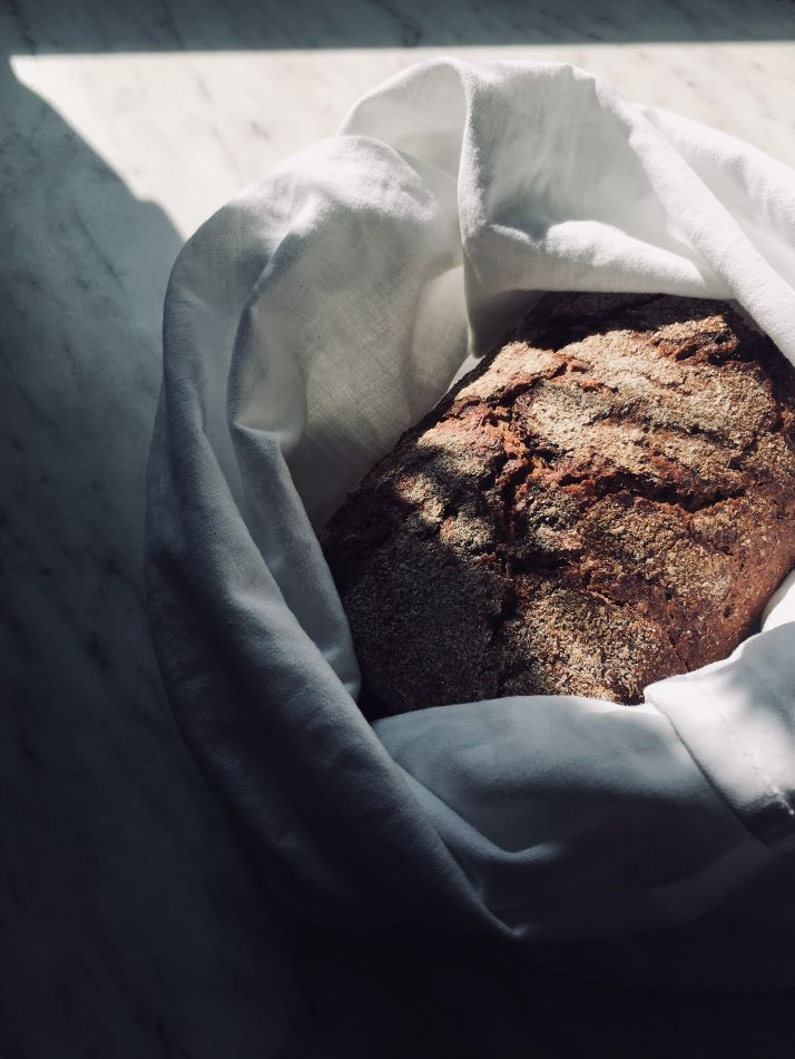 Brown bread in a white reusable bag