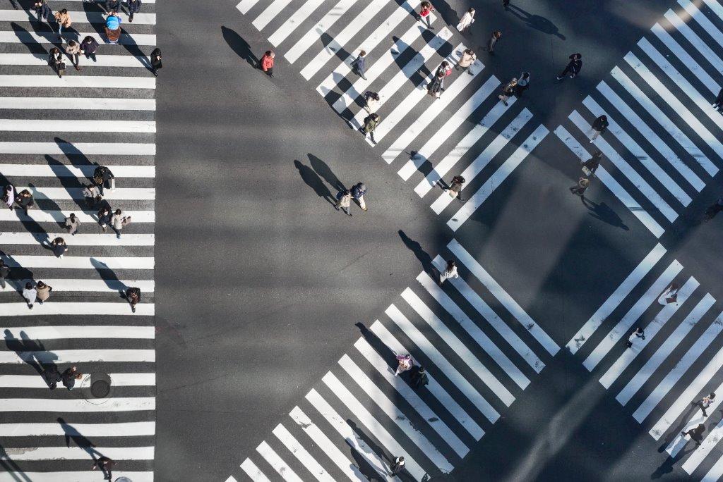 Meerdere zebrapaden die allemaal andere richtingen opgaan (Shibuya crossing)