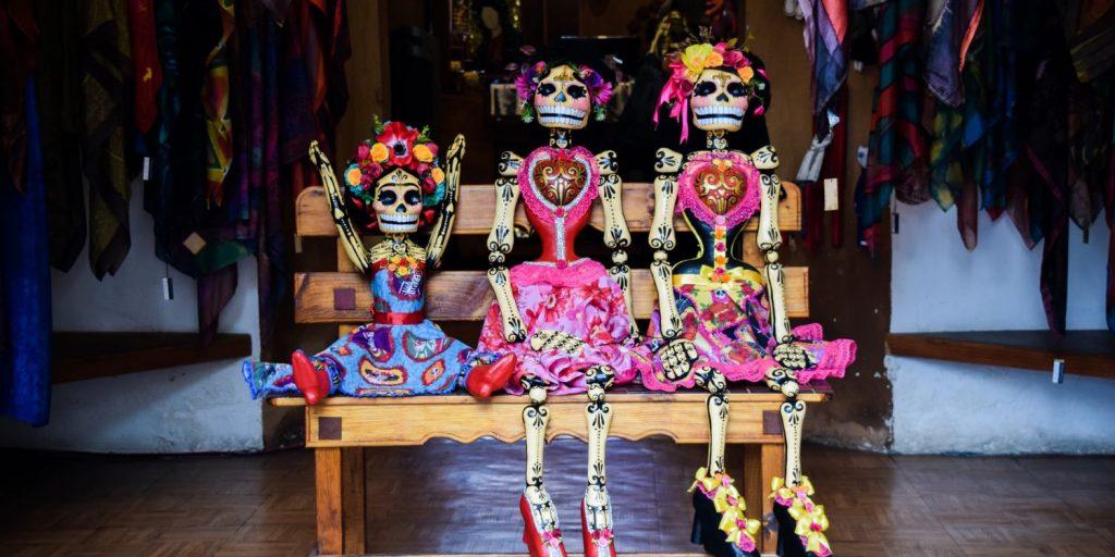 Inspirerende internationale feestdagen: drie kleurrijke poppen die gebruikt worden tijdens dia de los muertos.